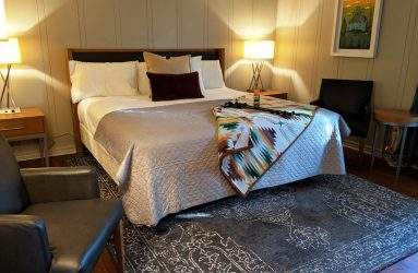 Loblolly Pines guest room bed and chairs image