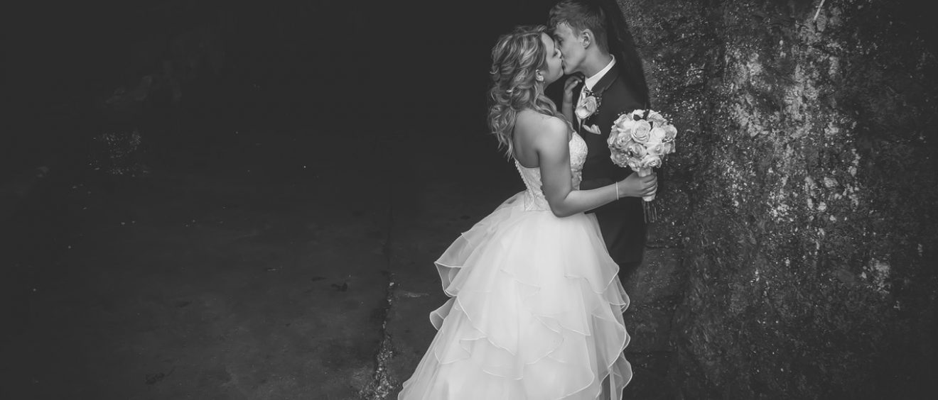 Eureka Springs bride and groom kissing